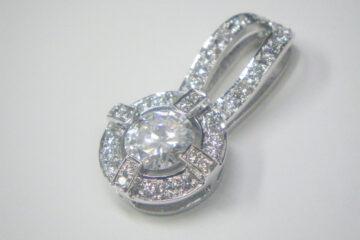 ダイヤモンド彫り留めペンダント